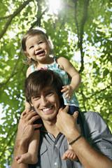 Deutschland, Köln, Vater mit Tochter auf den Schultern