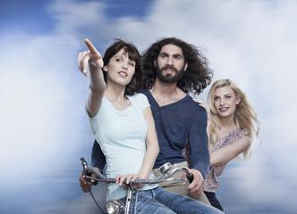 Deutschland, Köln, Mann und Frau sitzt auf dem Fahrrad