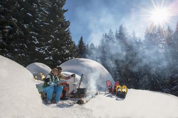 Österreich, Salzburg, Paar Zubereitung von Tee in der Nähe von Iglu