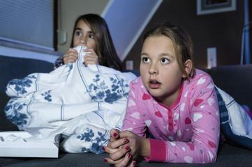 Mädchen, anschauen beängstigenden Film