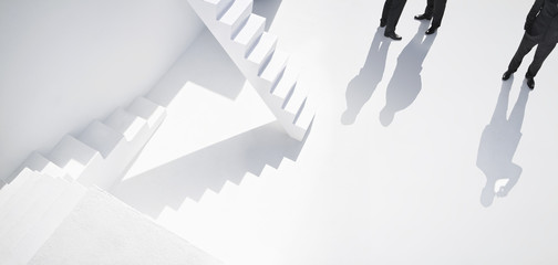 Geschäftsleute stehen in der Nähe von Treppen