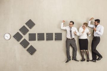 Geschäftsleute standen entlang Pfeilzeichen gebildet von Aktenordner