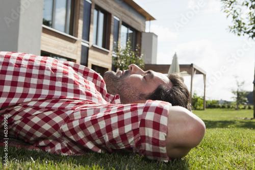 Deutschland, Nürnberg, Mann ruht im Garten