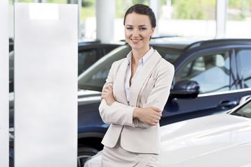 Beim Autohändler Verkäuferin bei neuen Auto