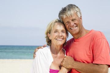 Spanien, Senior Paar steht am Strand