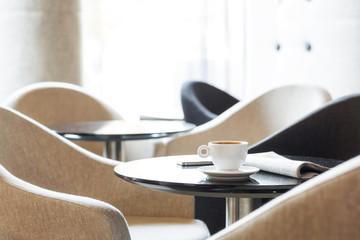 Polen, Warschau, Zeitungs-und Espresso-Tasse in der Lounge des Hotels