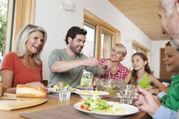 Deutschland, Nürnberg, Familie, die zusammen zu Mittag isst
