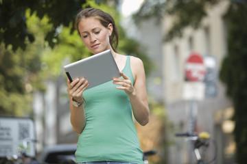 Deutschland, Köln, junge Frau mit Tablet PC