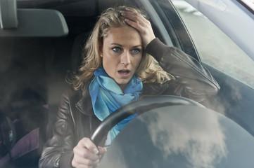 Deutschland, Brandenburg, Stress Frau im Auto