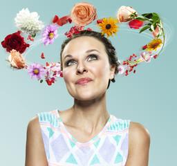 Junge Frau mit fliegenden Blumen um den Kopf, Composite