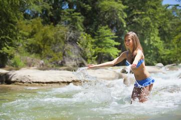 USA, Texas, Junge Frau in Frio Fluss