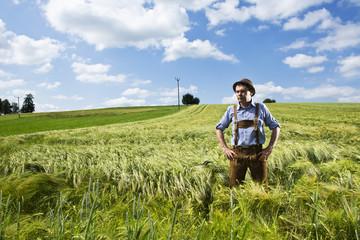 Deutschland, Bayern, Bauer steht im Feld