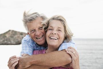 Spanien, Senioren Paar, umarmt sich am Hafen