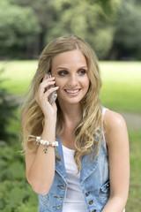 Deutschland, Oberhausen, Junge Frau spricht über Handy