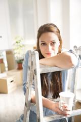 Junge Frau in neuem Zuhause, Kaffeepause