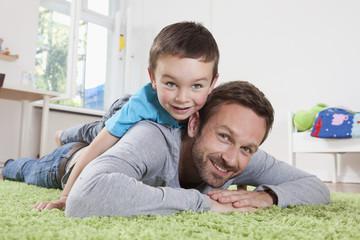 Deutschland, Berlin, Vater und Sohn, Spaß zu Hause