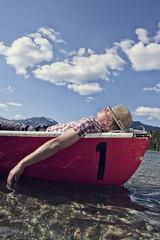 Deutschland, Bayern, Mann schlafend im Ruderboot