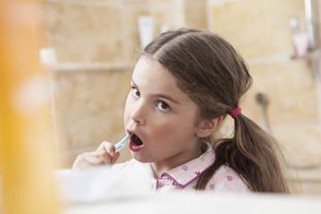 Deutschland, Köln, Mädchen Zähneputzen im Badezimmer