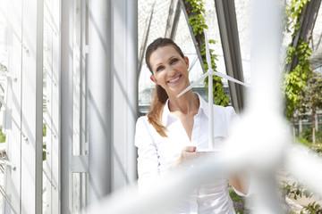 Lächelnd Geschäftsfrau, Windturbinenmodell