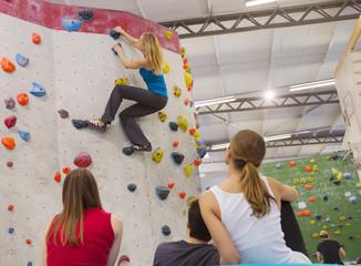 Freunde gemeinsam zu entspannen, Indoor-Klettern