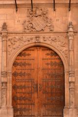 Puerta artesanal en edificio antiguo