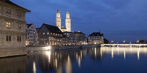 Schweiz, Zürich, Blick auf Grossmünster in der Abenddämmerung