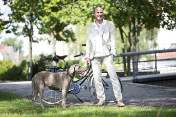 Deutschland, Bayern, Mann mit Weimaraner Hund
