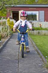 Deutschland, Kiel, Mädchen fahrrad fahren