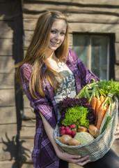 Deutschland, Teenager- Mädchen mit Korb mit Bio-Gemüse