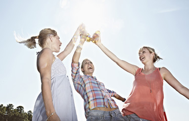 Deutschland, Köln, Junge Frauen trinken Bier