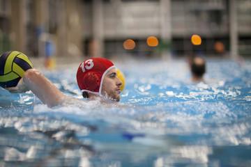 Wasserballspieler in Wasser werfen Ball