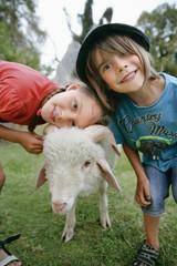 Deutschland, München, Junge und Mädchen mit Schafen im Kinderlager