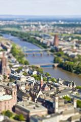 Deutschland, Hessen, Frankfurt am Main, Tilft -Shift- Ansicht der Stadt mit Main