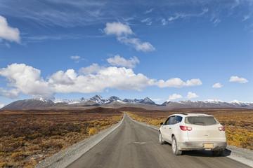 USA, Alaska, Auto sich durch Denali Highway im Herbst