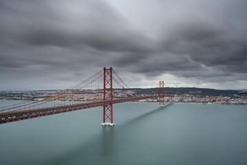 Ponte 25 de Abril sobre o Rio Tejo em Lisboa