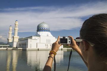 Malaysia, Borneo, Junge Frau, die Foto -Stadt -Moschee in Kota Kinabalu