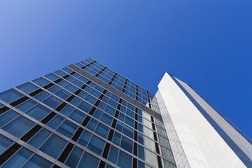 Deutschland, Stuttgart, Blick auf moderne Bürogebäude