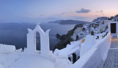 Griechenland, Blick auf Oia Dorf mit Glockenturm auf Santorini