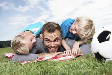 Deutschland, Köln, Vater und Söhne spielen Fußball