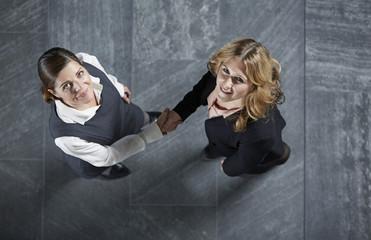Deutschland, Business-Frauen Händeschütteln