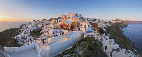 Griechenland, Blick auf Dorf Oia auf Santorini Sonnenuntergang