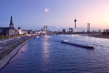 Deutschland, Düsseldorf, Rhein in der Abenddämmerung