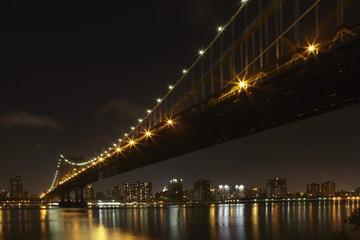 USA, New York, Blick auf Manhattan -Brücke bei Nacht