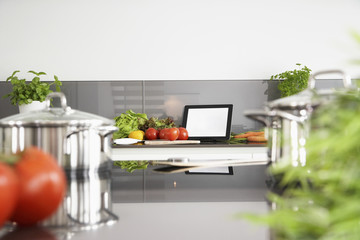Deutschland, Köln, Topf und Gemüse auf Küchenoberfläche