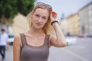 Deutschland, München, junge Frau vor der Bayerischen Staatsbibliothek in der Ludwigstraße