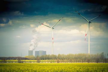 Deutschland, Sachsen, Windturbine mit Kohlekraftwerk in Windpark