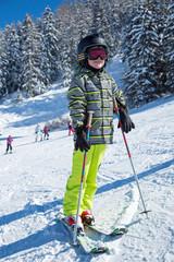Jeune skieur sur les pistes (8-9 ans)