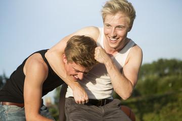 Deutschland, zwei Freunde, die Spaß mit einem Basketball