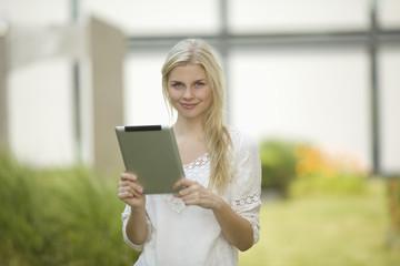 Deutschland, Köln, Junge Studenten mit Tablet PC