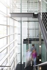 Geschäftsleute am Aufzug in Bürogebäude